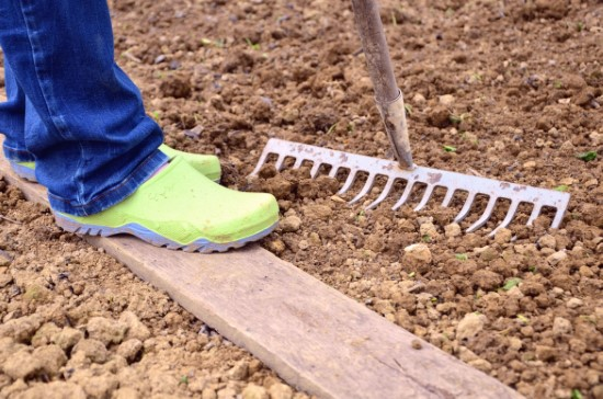 A Complete Guide On How To Use A Landscape Rake